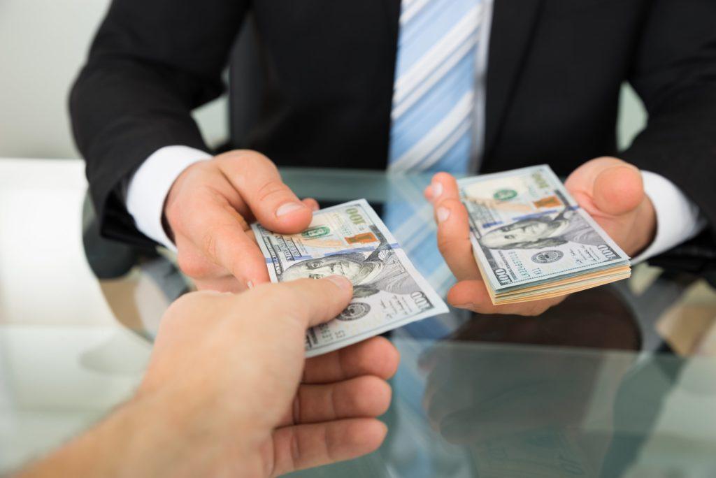 Công ty vay tiền nước ngoài cần báo cáo định kỳ cho NHNN không?