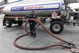 Doanh nghiệp kinh doanh xăng, dầu muốn bơm xăng, dầu từ tàu lên xe bồn cần điều kiện gì?