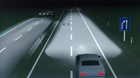 Dùng đèn chiếu xa để tránh xe đi ngược chiều có bị xử phạt hay không?