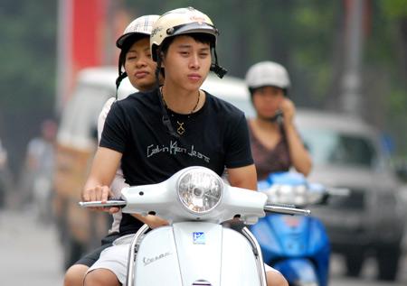 Chạy xe máy đội mũ bảo hiểm mà không cài quai phạt 250.000 đồng?