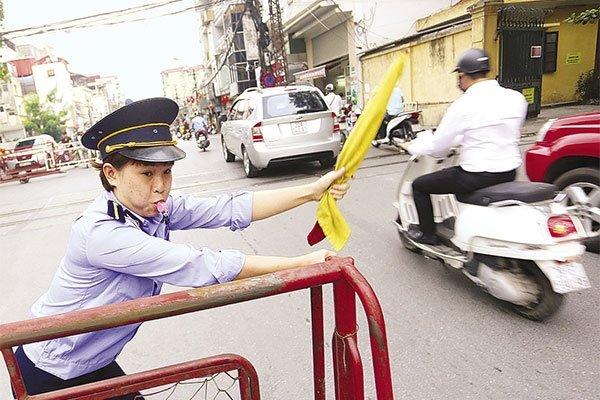 Người gác chắn ngang đường có được sử dụng dùi cui điện không?