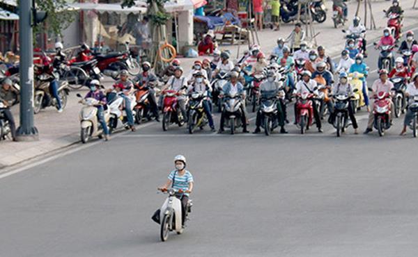 Chạy xe máy vượt đèn vàng bị phạt 500.000 đồng có đúng không?