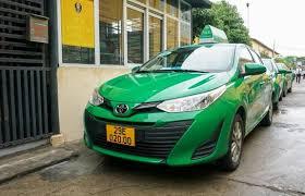 Người lái xe taxi có phải đeo thẻ tên không?