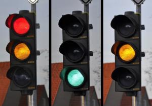Dừng xe khi đèn xanh có vi phạm giao thông?
