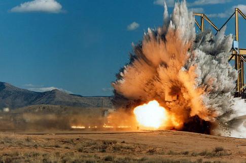 Kinh doanh ngành, nghề có sử dụng vật liệu nổ công nghiệp và tiền chất thuốc nổ có phải đáp ứng điều kiện về an ninh, trật tự không?