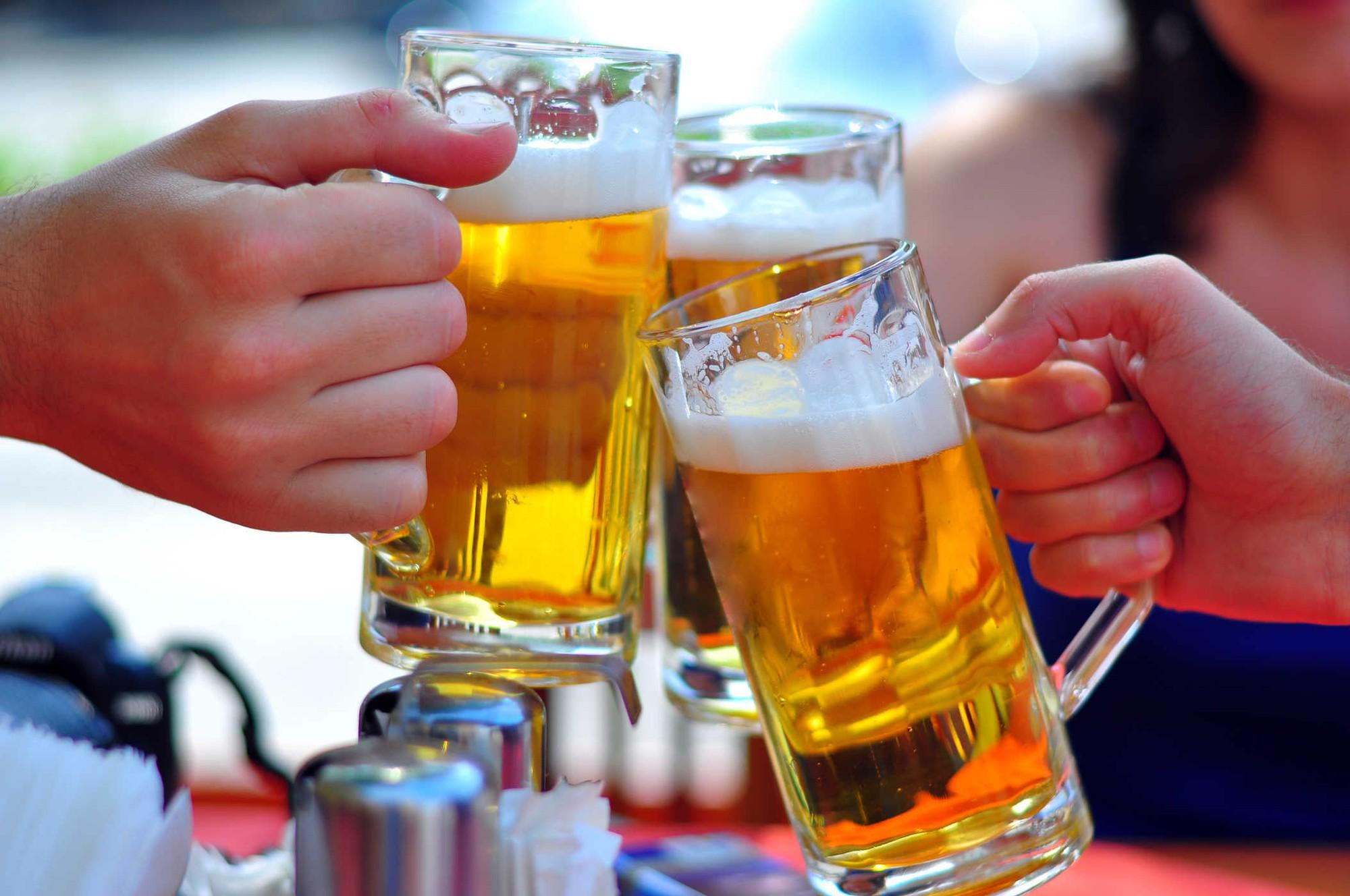 Uống rượu bia ở nơi công cộng có bị cấm không?