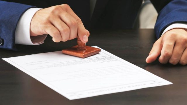 Công chứng viên được ký kết hợp đồng làm việc với các doanh nghiệp không?