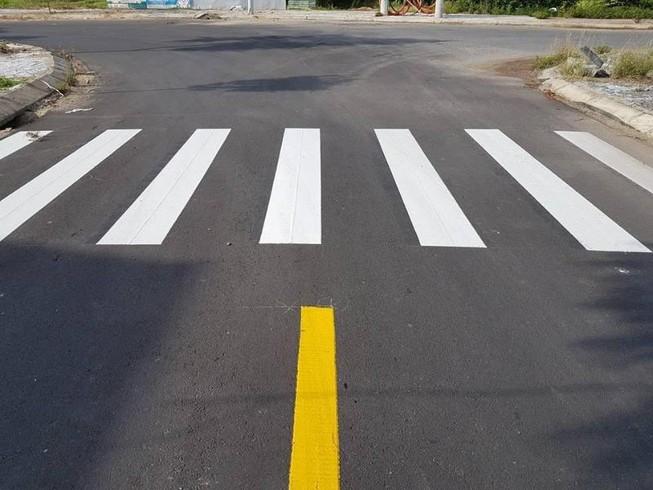 Trên đường một chiều có vạch kẻ phân làn đường thì xe ô tô phải đi bên trái?