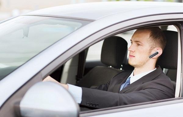 Dùng điện thoại di động khi điều khiển ô tô đang chạy bị phạt bao nhiêu?